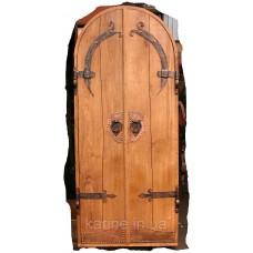 Двери деревянные с элементами ковки